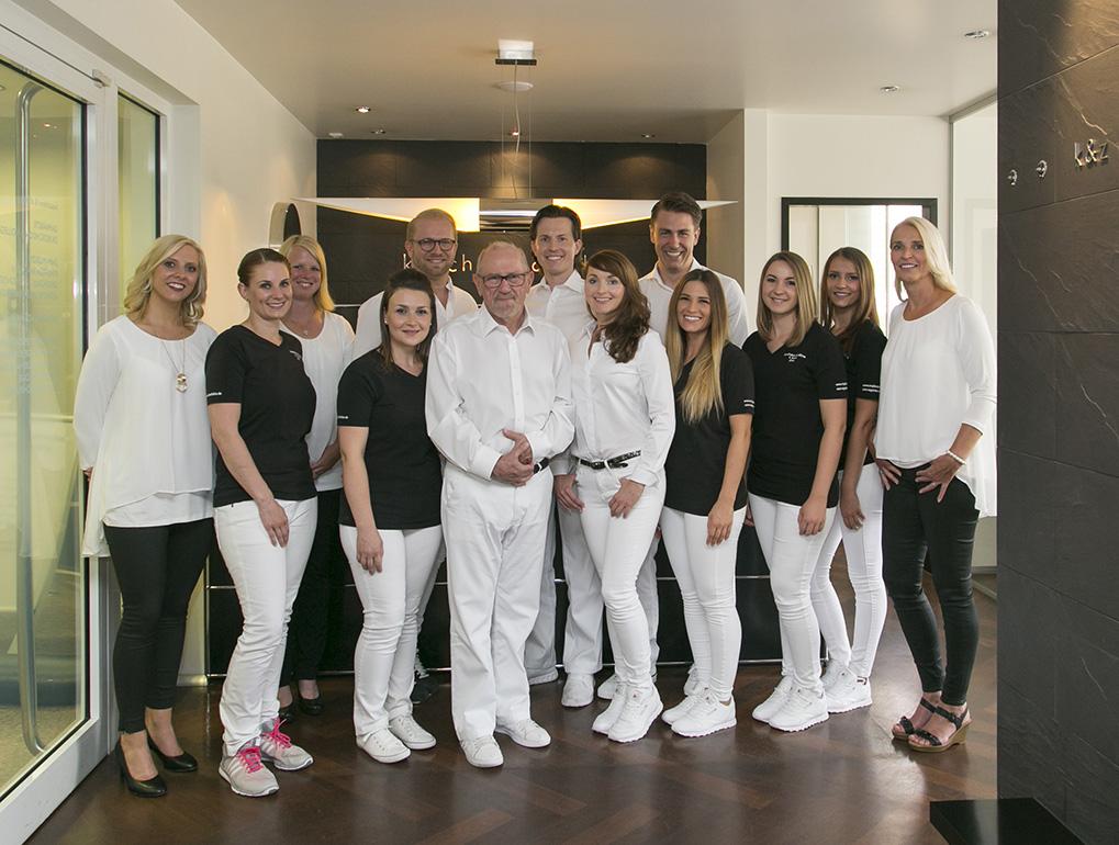 Gruppenbild mit allen Zahnärzten und Mitarbeitern
